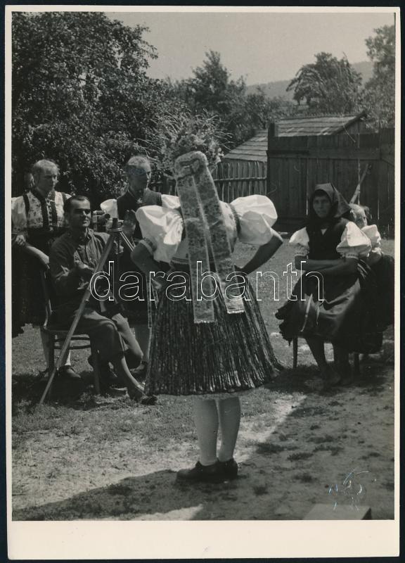 cca 1956 Kaczur Pál (1918-2000) ceglédi fotóművész hagyatékából, hidegpecséttel jelzett és feliratozott vintage fotó (Szép kép lesz); a felvétel fotótörténeti jelentősége, hogy a kép központi szereplője, a fényképezőgép mögött ülő fotográfus néhai Tóth István ceglédi fotóművész fiatal korában, 16,3x11,8 cm