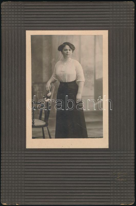 cca 1912 Botfán M. budapesti fényképész műtermében készült vintage fotó, 14,2x9,8 cm, karton (csak az ő műtermére jellemző dombornyomással díszítve), 27,8x18,4 cm