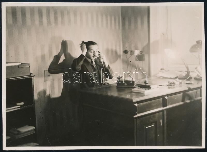 cca 1933 Kinszki Imre (1901-1945) budapesti fotóművész hagyatékából, jelzés nélküli vintage fotó (kolléga a hivatalból), 6x8,4 cm