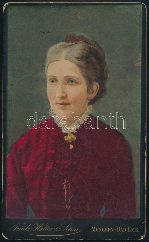 cca 1880 Kassai származású hölgyről készült fénykép (a hátoldali felirat szerint), átfestve, színezve, keményhátú vintage fotó, 21x13 cm