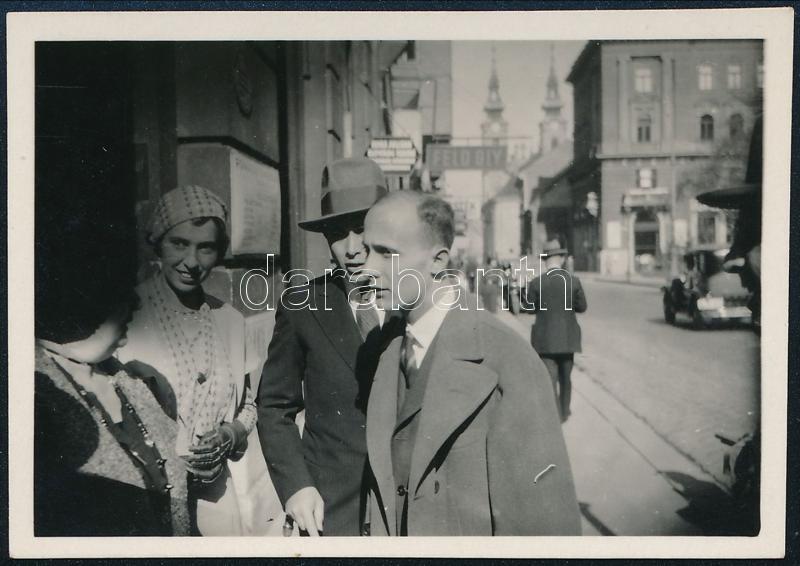 cca 1932 Kinszki Imre (1901-1945) budapesti fotóművész hagyatékából, jelzés nélküli vintage fotó (utcai jelenet), 4x6 cm