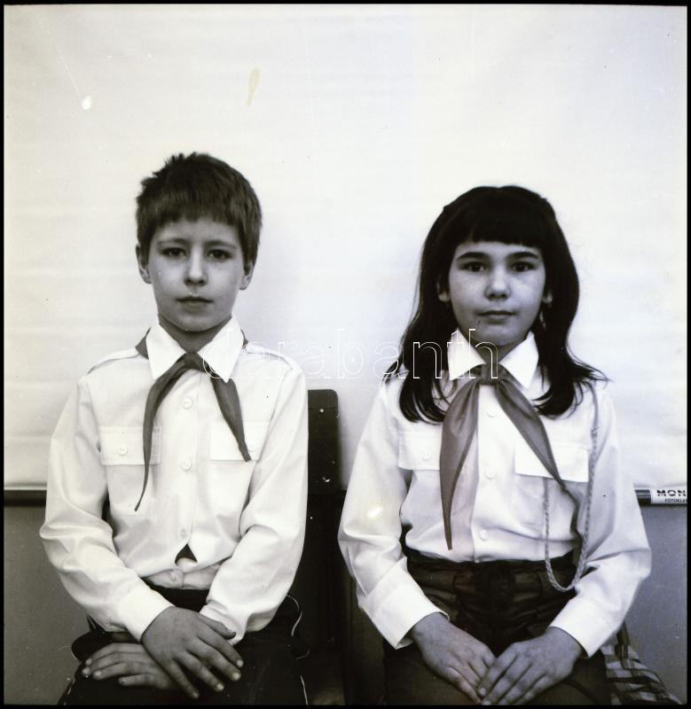 cca 1969 Nagymágocsi úttörők, Demeter Sándor (?-?) szentesi fényképész és fotóriporter hagyatékából 21 db vintage NEGATÍV, 6x6 cm