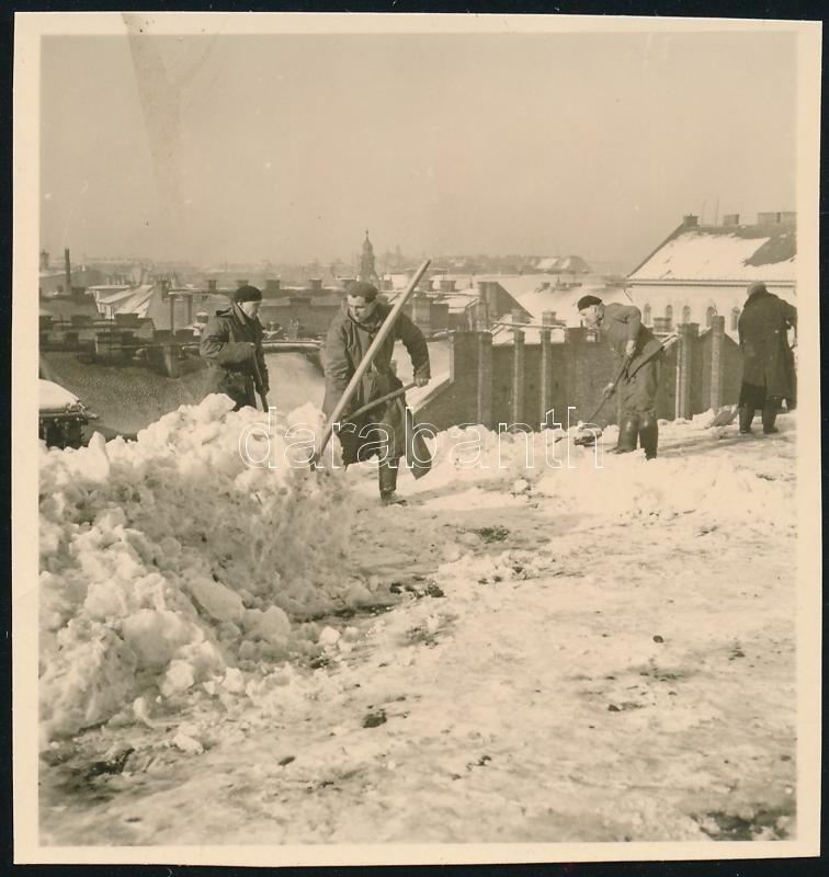 cca 1938 Kinszki Imre (1901-1945) budapesti fotóművész hagyatékából, jelzés nélküli vintage fotó (Havat lapátolnak), 6x5,7 cm
