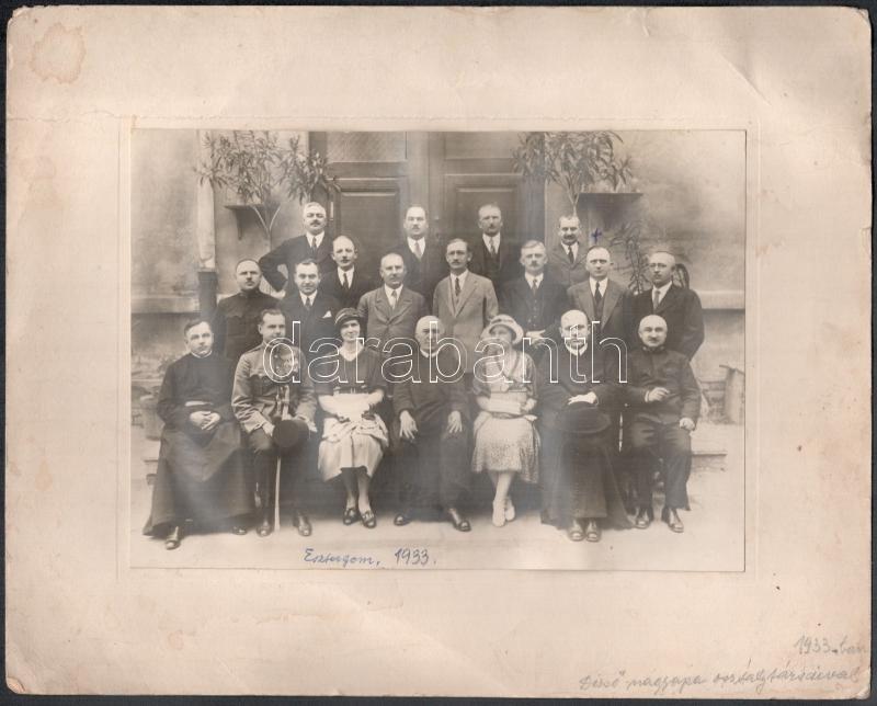 1933 Esztergom, Dezső nagyapa az osztálytársaival, feliratozott vintage fotó, 15,2x21,5 cm, karton (sérülésekkel) 24x30,4 cm