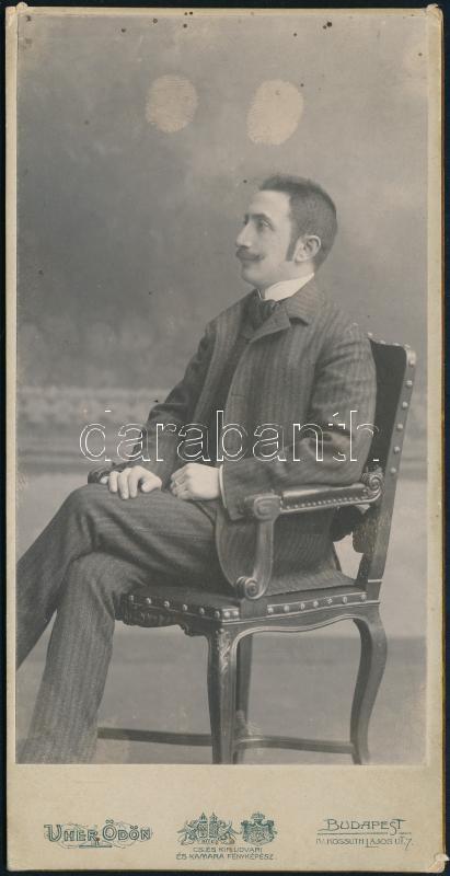 cca 1905 Budapest, Uher Ödön (1862-1931) császári és királyi udvari fényképész műtermében készült, keményhátú vintage fotó; a kép érdekessége a rajta levő két vegyszeres ujjlenyomat, 16,4x8,3 cm