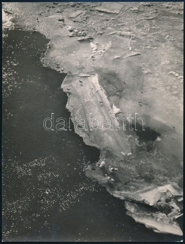 cca 1934 Kinszki Imre (1901-1945) budapesti fotóművész hagyatékából pecséttel és aláírással jelzett vintage fotó (jégmező a Dunán), 22,5x17 cm