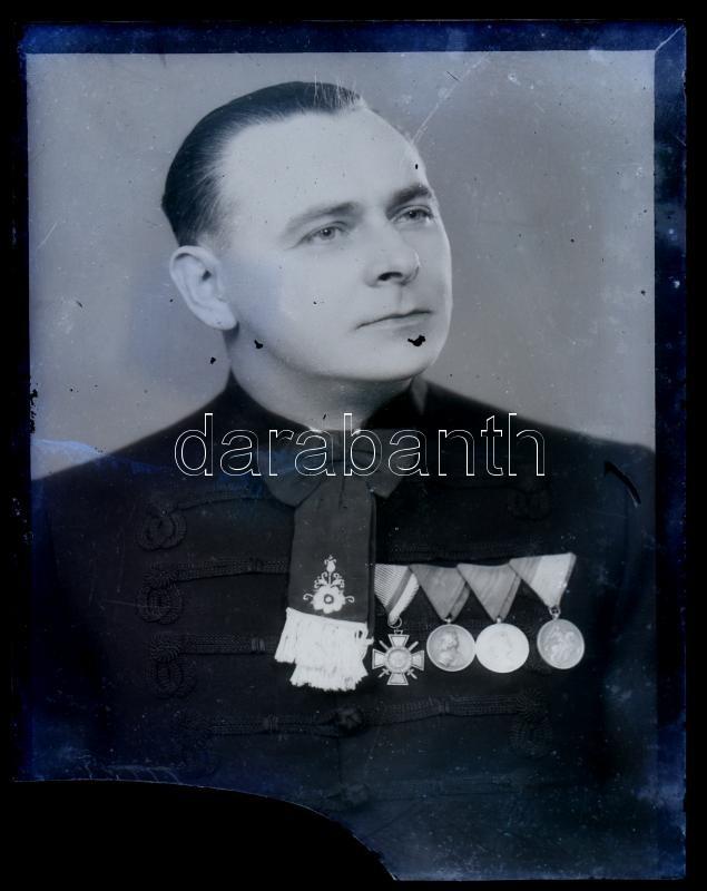 cca 1942 Egyházi személy különféle kitüntetésekkel, vintage üveglemez NEGATÍV, Mosonyi Antalné (?-?) kiskunfélegyházi fényképész hagyatékából, az üveglemez sarka hiányos, 12x9 cm
