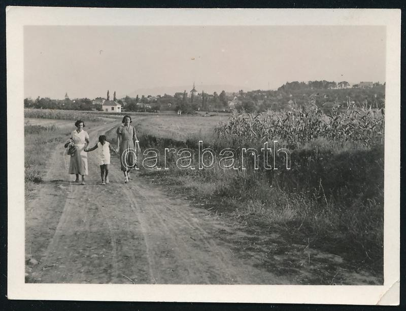 1934 Kinszki Imre (1901-1945) budapesti fotóművész hagyatékából, jelzés nélküli vintage fotó (Kinszki Gáborka és anyukája),