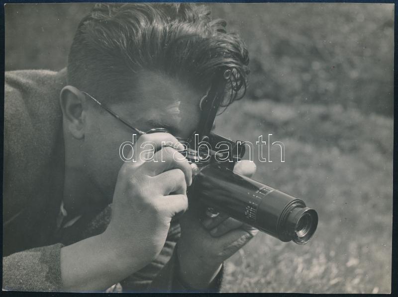 1936 Kinszki Imre (1901-1945) budapesti fotóművész hagyatékából, pecséttel jelzett vintage fotóművészeti alkotás (Jermy László a Kinsectával fotografál), 11x14,8 cm