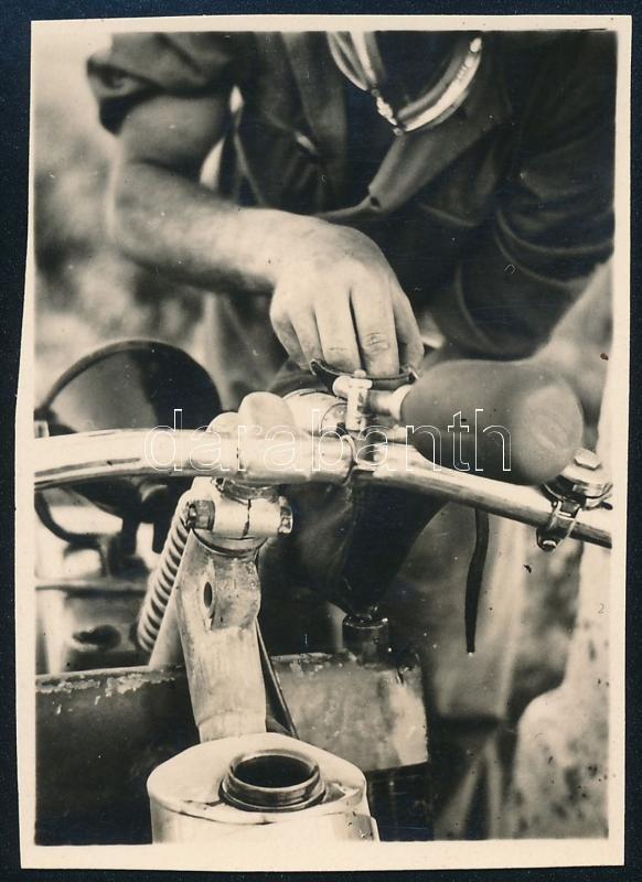 cca 1935 Kinszki Imre (1901-1945) budapesti fotóművész hagyatékából, jelzés nélküli vintage fotó (olajozás), 5,9x4,2 cm