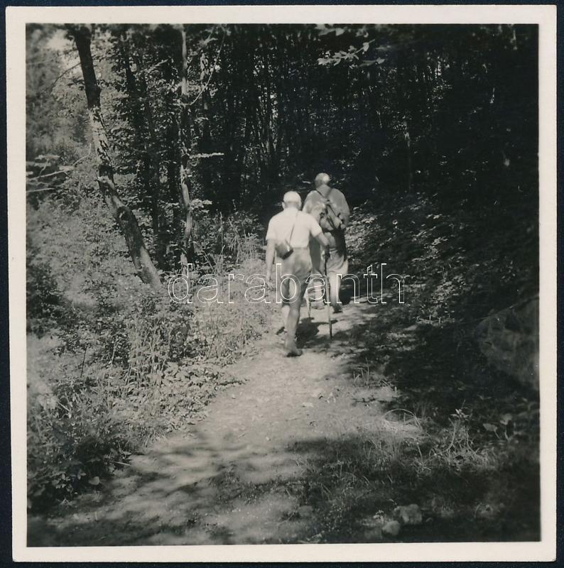 1937 Kinszki Imre (1901-1945) budapesti fotóművész hagyatékából, jelzés nélküli vintage fotó (kirándulók), 5,8x5,7 cm
