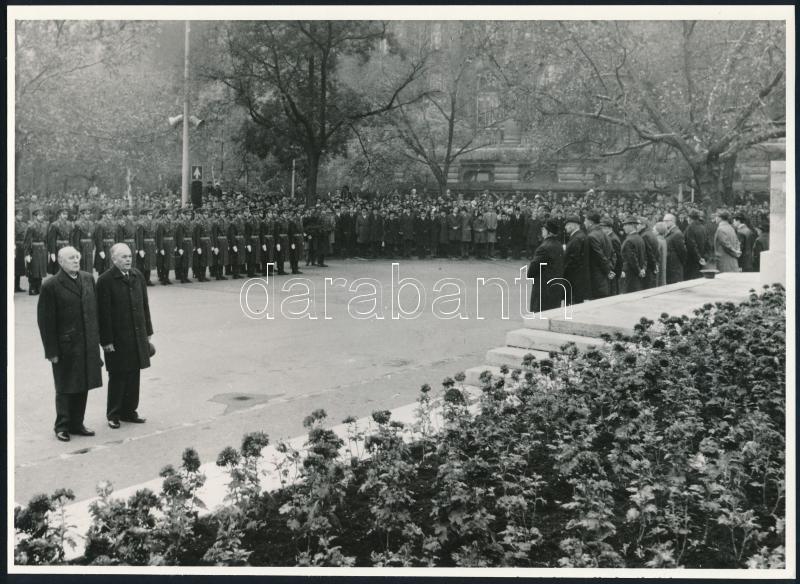 cca 1979 Budapest, Szabadság tér, Kádár János és Németh Károly a szovjet hősök emlékművénél, vintage sajtófotó, 17,5x24,3 cm