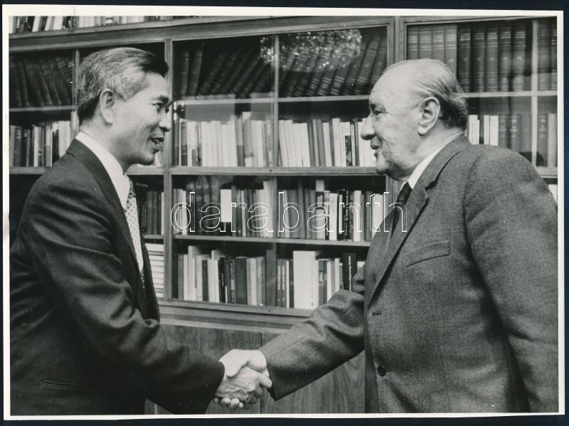 cca 1979 Budapest, Kádár János diplomáciai kézfogása, a Vietnámi Szocialista Köztársaság külügyminiszterével, Nguyen Co Thach-al, vintage sajtófotó, 18x24,2 cm