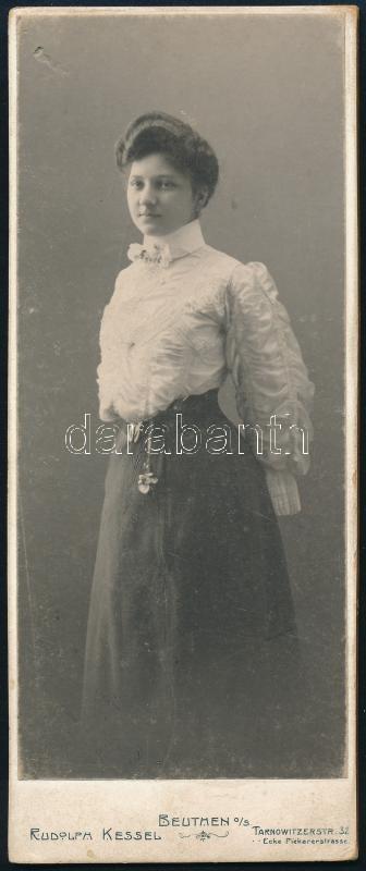 cca 1905 Beuthen (Lengyelország), Rudolph Kessel fényképész műtermében készült, keményhátú vintage fotó, 12,8x5 cm