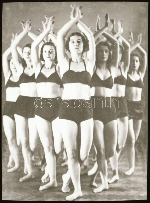 cca 1936 Mozgásművészeti kompozíció, Szentpál Olga (1895-1968) mozgásművészeti csoportjáról készült NEGATÍV, 4,7x3,5 cm