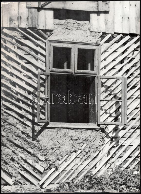 cca 1961 Krisch Béla (1929-?) kecskeméti fotóművész hagyatékából pecséttel jelzett vintage fotóművészeti alkotás (Öreg ház), 38,6x28,1 cm