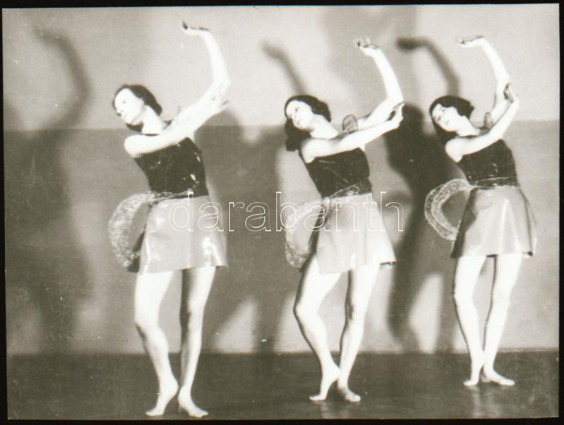 cca 1928 Szentpál Olga (1895-1968) mozgásművésznő, koreográfus, pedagógus és szakíró tánccsoportja, 1 db szabadon felhasználható NEGATÍV, 3,5x4,9 cm