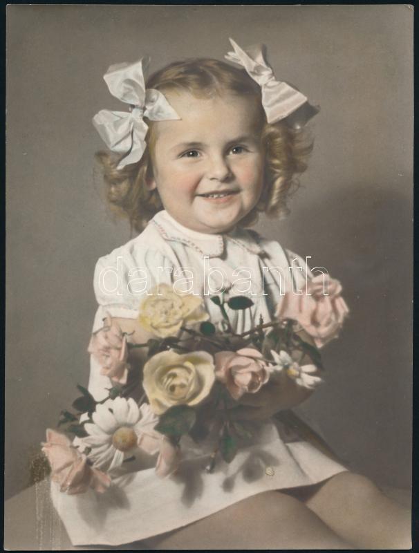 cca 1960 Színezett műtermi fotó, hátoldalán utasítások a színezőnek, 23,4x17,5 cm