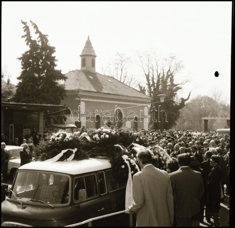 1979 Szentes, Bugyi professzor temetése, Demeter Sándor (?-?) szentesi fényképész és fotóriporter hagyatékából 19 db vintage NEGATÍV, a negatív végén feliratozva, 6x6 cm