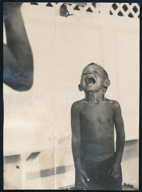 cca 1937 Kinszki Imre (1901-1945) budapesti fotóművész hagyatékából, jelzés nélküli vintage fotó (hideg zuhany), 6x4,5 cm