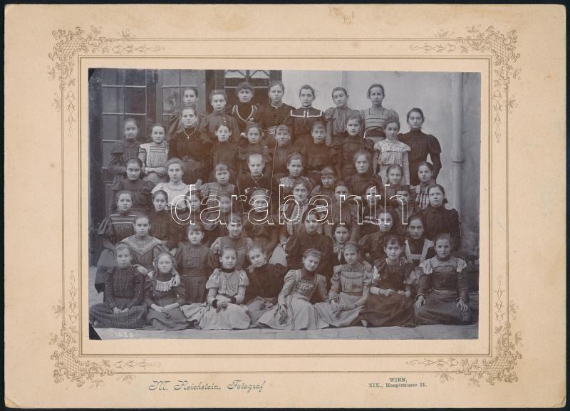 cca 1900 Bécs, leányiskola tanulói, Reichstein fényképész felvétele, vintage fotó, 12x17,2 cm, karton 17,8x24,8 cm