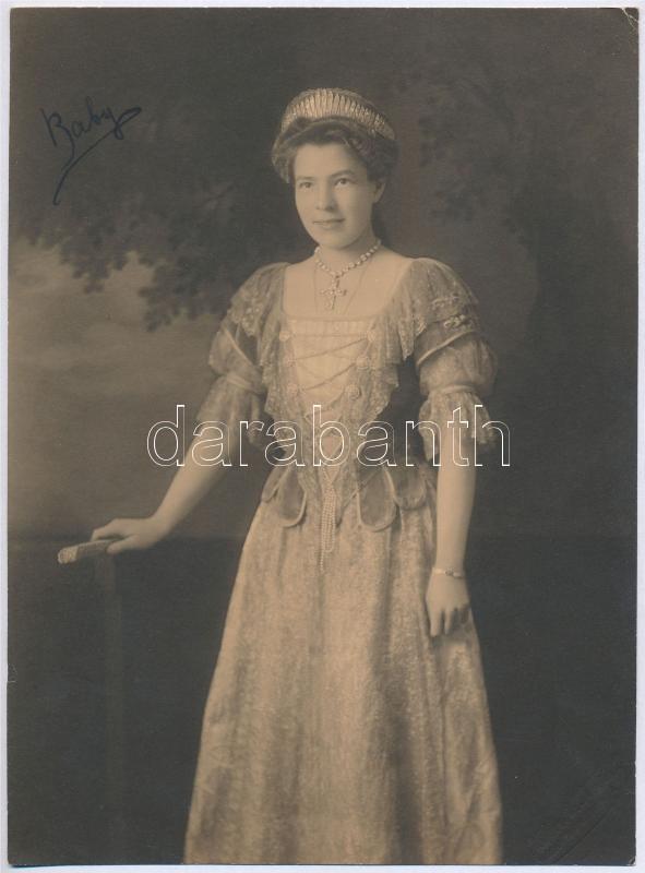 cca 1910 Hidegpecséttel jelzett, bécsi fényképészeti műteremben készült vintage fotó Baby-ról, sarkán kis törés, 22,5x16,5 cm