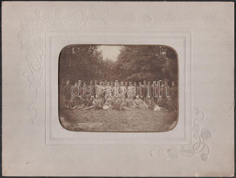 cca 1912 Katonai alakulat csoportképe, Beliczay József felirattal, 12,5x17 cm, díszes karton, aranyozott ablakkal 24,8x32,8 cm