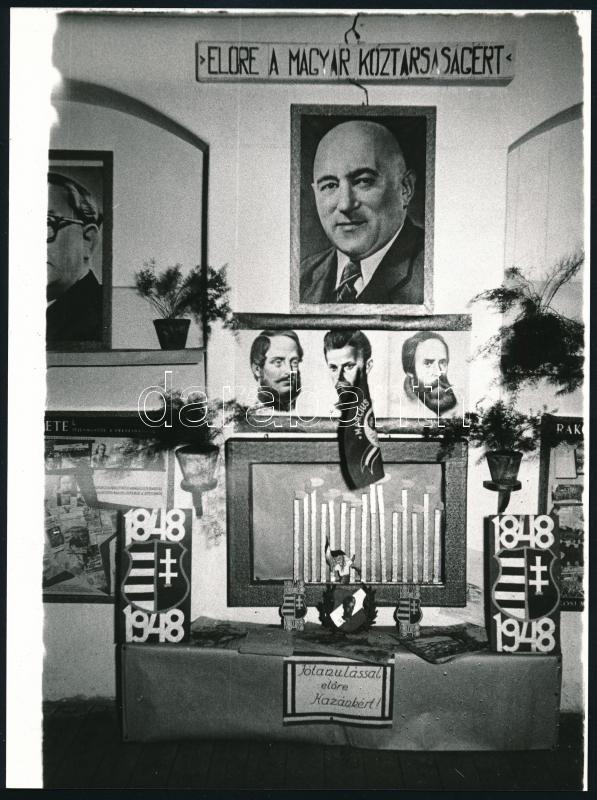 cca 1949 Rákosi Mátyás propaganda fal és egy eseményen való megjelenése, 2 db fotó (a kisebb vintage kópia, a sajtófotó későbbi nagyítás), 24x18 cm és 3,2x4,7 cm