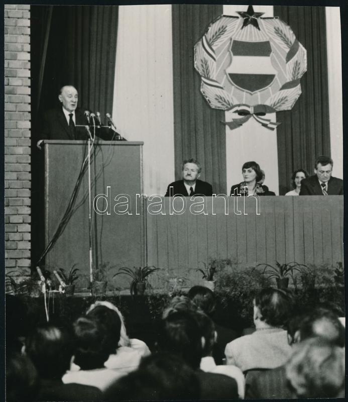 1980 Kádár János (1912-1989) politikust országgyűlési képviselőnek jelölik Angyalföldön, vintage sajtófotó, 16,5x14 cm