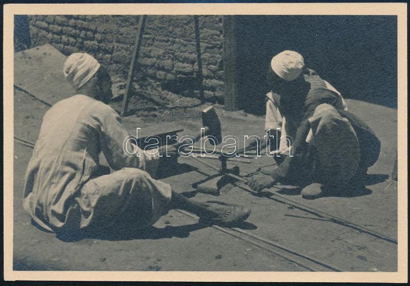 cca 1900 Egyiptom, Luxor, lakatos műhely az utcán, feliratozott vintage fotó, 8,6x12,5 cm