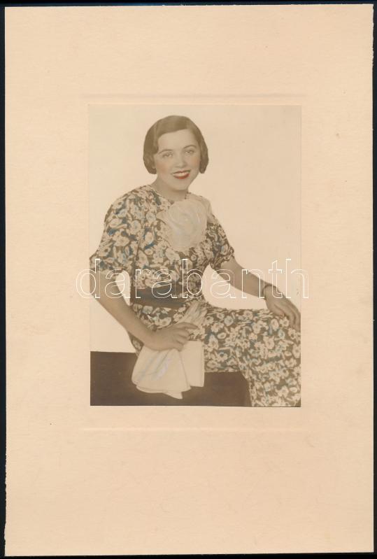 cca 1930 Modern nő, kézzel átszínezett vintage fotó, 16,2x11,1 cm, karton 29,4x19,5 cm