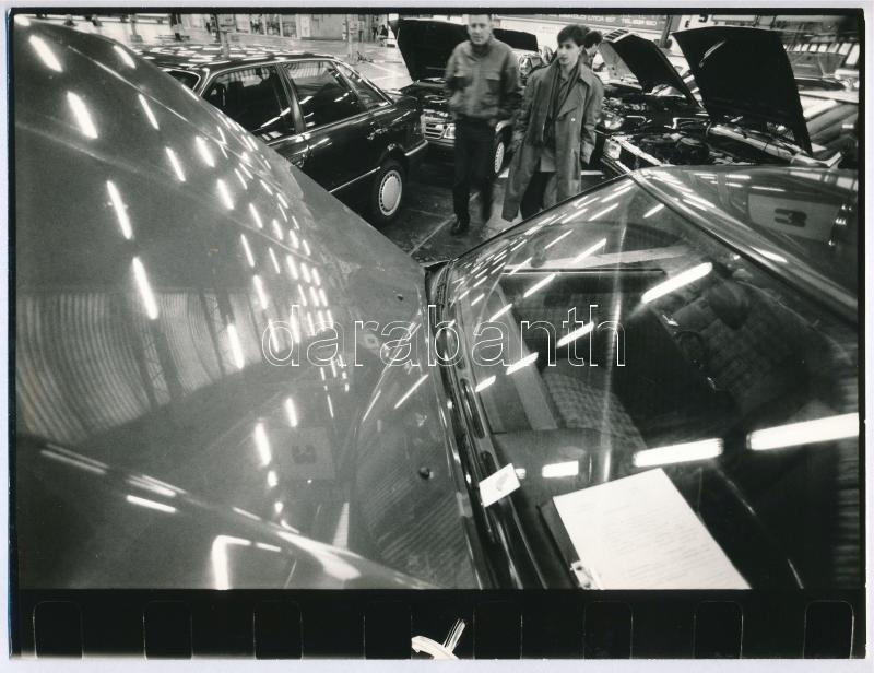 cca 1989 Budapest, autók kiállítása, Baric Imre fotóriporter pecsétjével jelzett vintage fotó, 18x24 cm