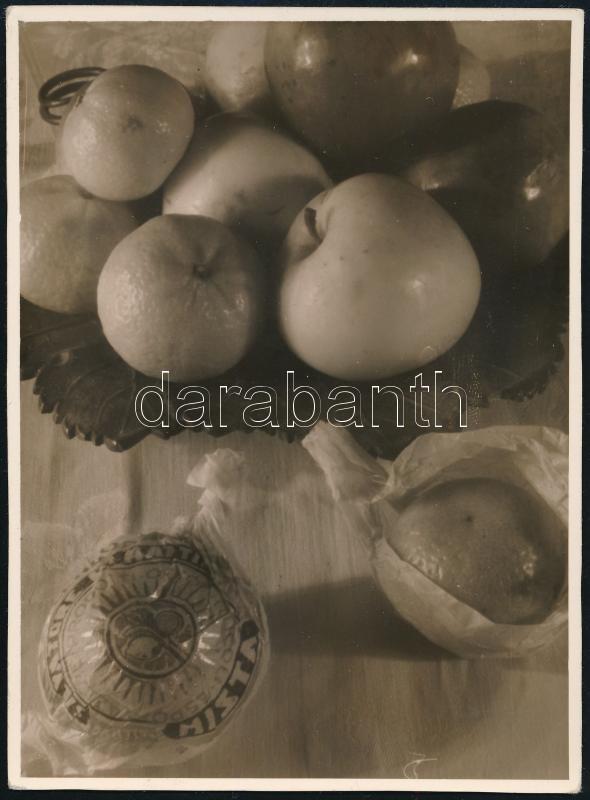 cca 1933 Thöresz Dezső (1902-1963) békéscsabai gyógyszerész és fotóművész hagyatékából, jelzés nélküli vintage fotó (Csendélet), 9x12 cm