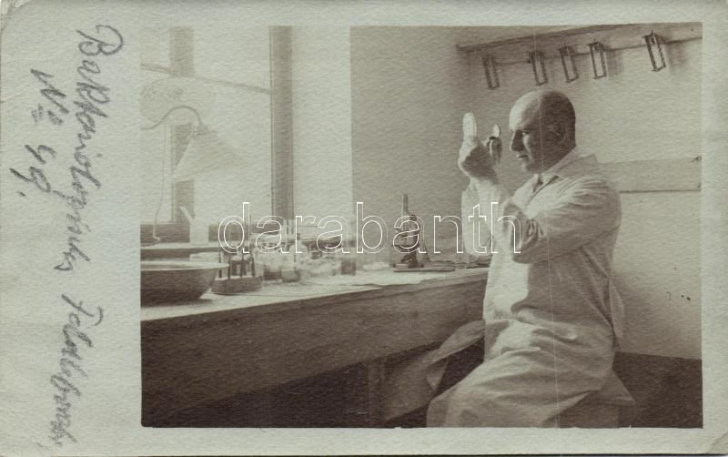 Bakteriológus katonai laboratóriumban photo, Bacteriologist at a field laboratory photo