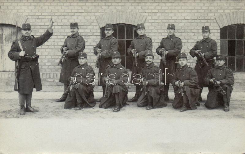 WWI Hungarian artillery soldiers in front of the barrack, group photo, Első világháborús magyar katonák csoportképe laktanya előtt, photo