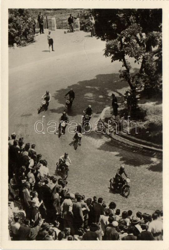 Budapest I. Királyi Vár, motorverseny; Képzőművészeti Alap Kiadóvállalata