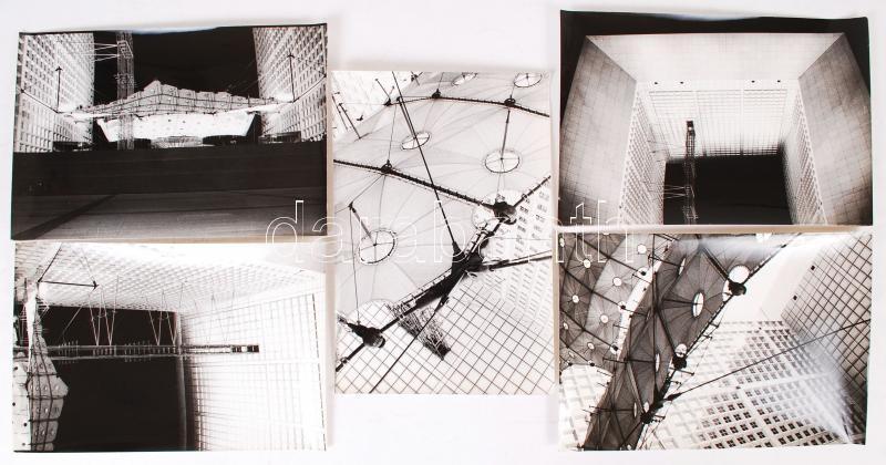 1989 Párizs, a Nagy Árkád felavatásának idején készült épületfotók, 5 db jelzetlen kép és Tompa László kézirata az új párizsi látványosságról, 20x30 cm