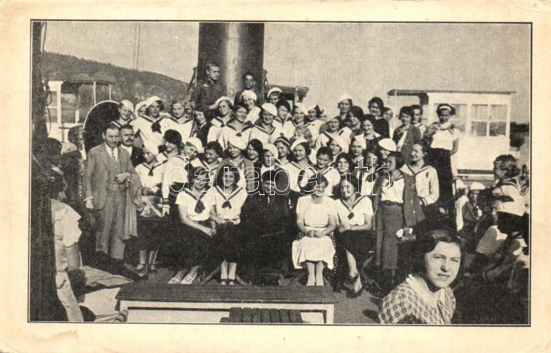 Országos Magyar Gyermekvédő Egyesület tanulmányi hajókirándulása Esztergomba, csoportkép