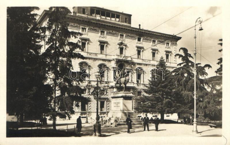 Perugia, Palace Hotel, Monumento a Vittorio Emanuele /  monument