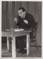 cca 1980 Grétsy László (1932) nyelvész, főiskolai tanár, televíziós személyiség, a magyar nyelvművelés kiemelkedő alakja előadás közben, 3 db portrékép, 11,5x8,5 cm