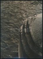 cca 1940 Szabó Tibor: Pihenő a híd pillérjén, jelzés nélküli vintage fotó a szerző hagyatékából, 17,5x13 cm