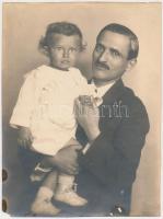 cca 1920 Révész és Bíró: Apa gyermekével, műtermi vintage fotó, hidegpecséttel jelzett, sarka, széle kissé sérült, foltos, 21,6x16 cm