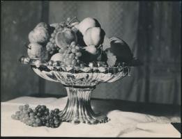cca 1935 Unghváry Iván: Gyümölcsös csendélet, jelzetlen vintage fotó a hagyatékából, 18x24 cm