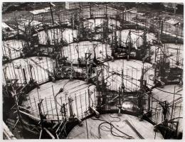 cca 1975 Szegfű Csaba: Csúszózsaluzás, a szerző által feliratozott vintage fotóművészeti alkotás, 30x40 cm
