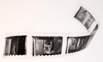 cca 1960 Fekete-fehér diapozitív másolatok pornó újságokról, 28 db vetíthető erotikus fénykép