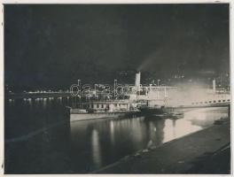 cca 1960 Hajó a Dunán esti kivilágításban, 17x23 cm