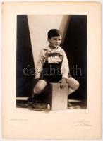 cca 1930 Gyermekfotó Rónay Dénes udvari fényképészmester budapesti műterméből, 23x16 cm, karton 33x24 cm