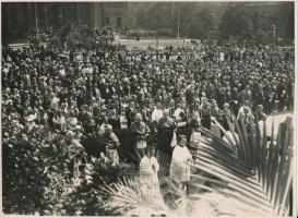 1930 Bp., A Szent Imre-év keretében rendezett körmenet a Hősök terén előkelőségek részvételével, Macsi András fotója, pecséttel jelzett fotó, 23x17 cm