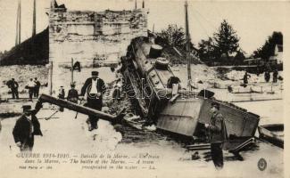 Bataille de la Marne. Un train dans le Marne / the battle of Marne. A train precipitated in the water (taken from a postcard booklet), 1914-1916 A Marne csata, vonat (képeslapfüzetből)
