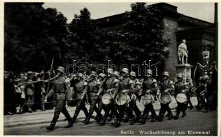 Berlin, Wacheablösung am Ehrenmal / NS soldiers (cut)